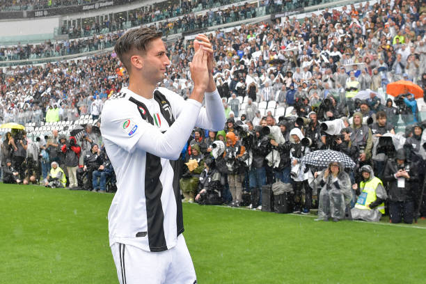 5319ed2cb97 See below some pictures from game s footage showing fan Instagram s picture  thanking Bentancur for the gift holding the shirt in his hand and Bentancur  ...